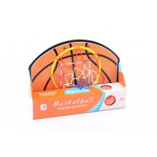 Türbasketballspiel mit Basketball